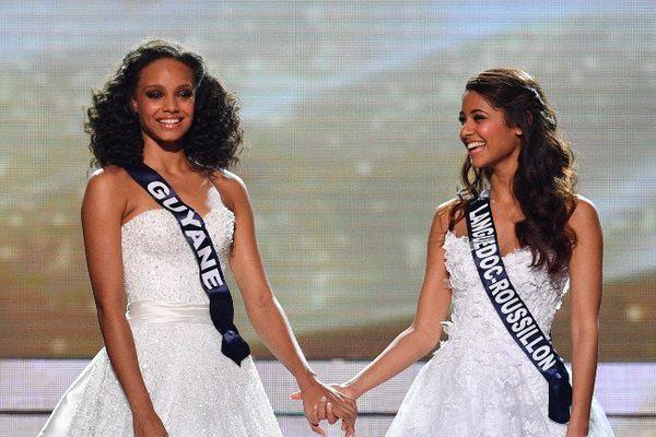 Miss Guyane Alicia Aylies Alicia Aylies (G) et Miss Languedoc-Roussillon Aurore Kichenin (D) attendent les résultats du concours de Miss France 2017 le 17 décembre à Montpellier.