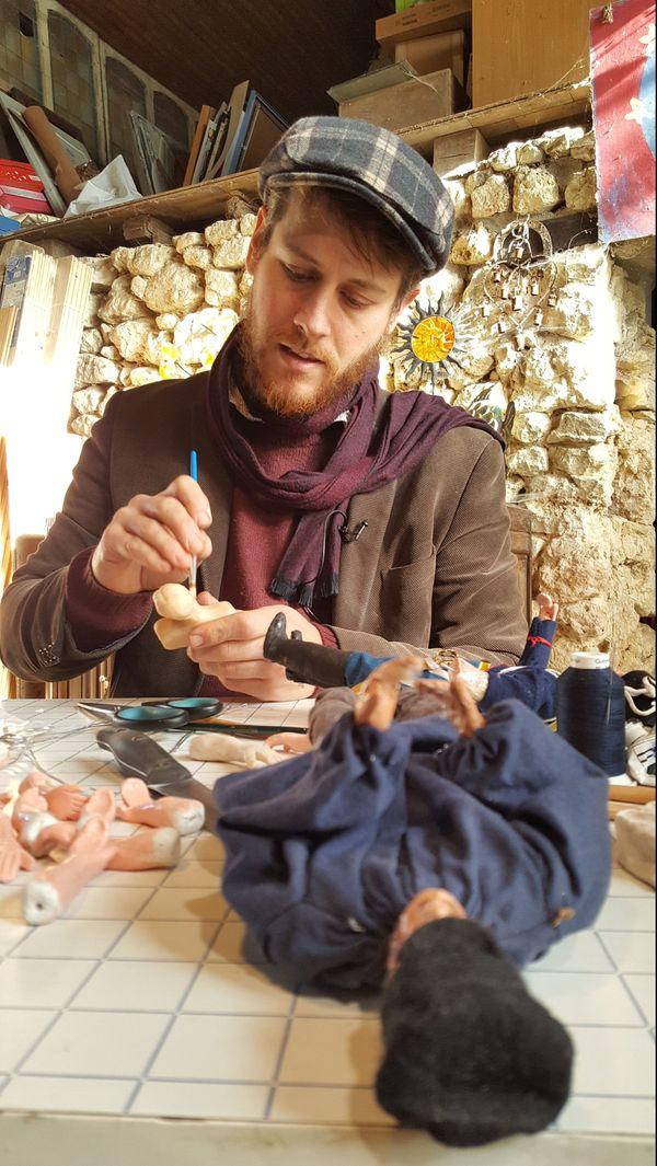 Julien Dupré fabrique à la main chaque personnage de la crèche