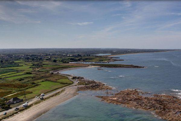 Entre terre et mer, du bleu à l'horizon de la Manche face au phare de Gatteville, que ses 365 marches font culminer à 75 mètres.