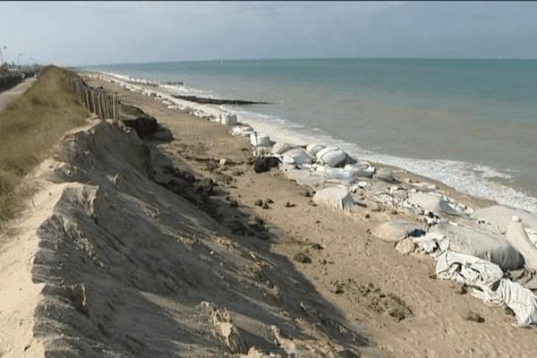 A Gouville-sur-Mer, il ne subsiste qu'un mince rempart de sable pour protéger la route, et les deux terrains de camping.