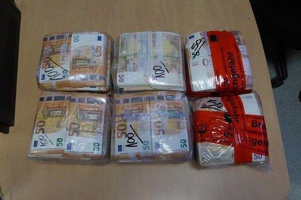 Près de 500 000 euros ont étés découverts dans le véhicule.