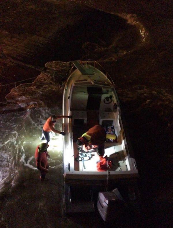 Le bateau quand il a été récupéré avec son équipement de fortune . Ils croyaient traverser la Manche en une heure avec lui, de nuit et avec des creux en mer de 3 mètres, vu la météo.