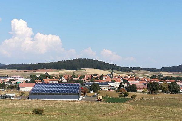En Haute-Loire, la communauté de communes du pays de Cayres-Pradelles a mis en place un partenariat avec des agriculteurs pour installer des panneaux photovoltaïques sur le toit des bâtiments agricoles.