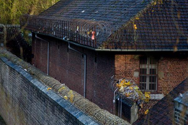 De nombreux colis sont jetés depuis l'extérieur par dessus les murs d'enceinte