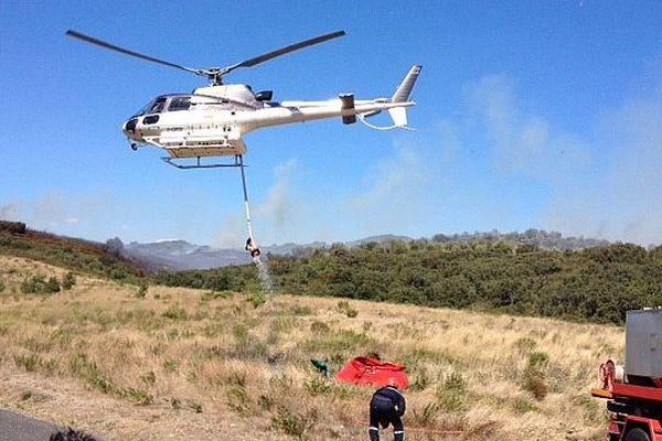 Col de la Dona (Pyrénées-Orientales) - les pompiers ravitaillent un hélicoptère bombardier d'eau - 19 août 2015.