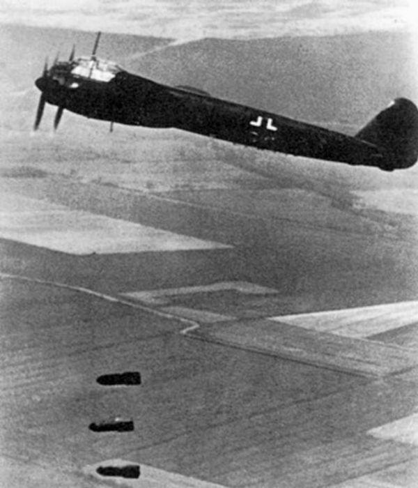 Un Junkers Ju 88 larguant des bombes sur l'Angleterre en 1940.