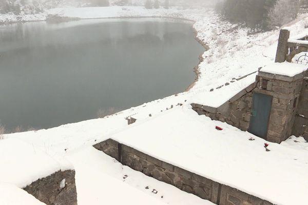 Sur les bords du lac noir, le projet d'usine hydroélectrique ne voit pas le jour, contrairement aux engagements pris par EDF