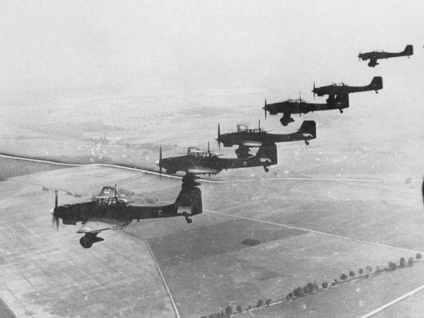 Une formation de bombardiers allemands Junkers Ju 87 Stukas au-dessus de la Pologne en septembre 1939.