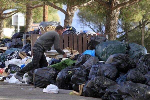 ILLUSTRATION - Dans les rues d'Ajaccio lors de la crise des déchets de 2016.