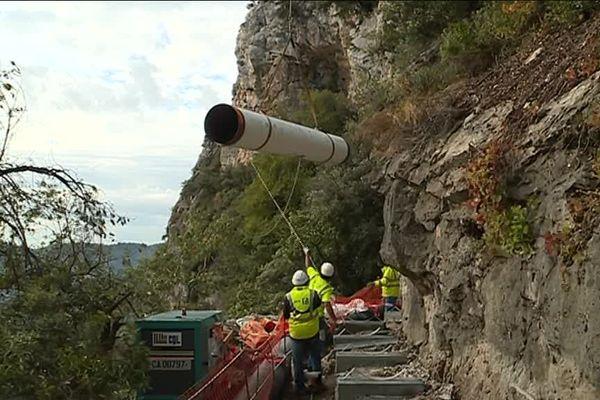 Les canalisations d'eau potable sont transportées par les airs sur ce chantier difficile d'accès à Gréolières (Alpes-Maritimes).