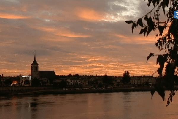 Le soleil se couche sur la ville de Saumur, en Maine-et-Loire.