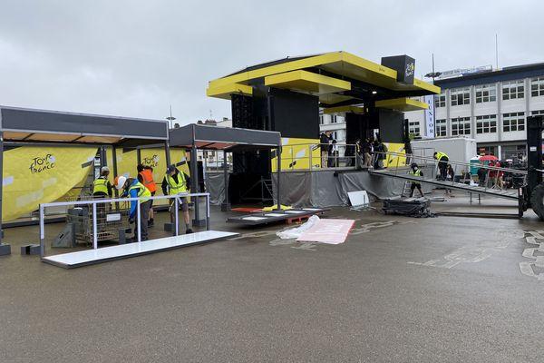 L'installation d'une ligne de départ du Tour, avec le village, c'est 150 techniciens et des prestataires de tous types