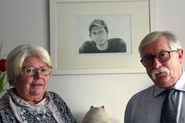 Les parents de Vincent Delory devant le portrait de leur fils.