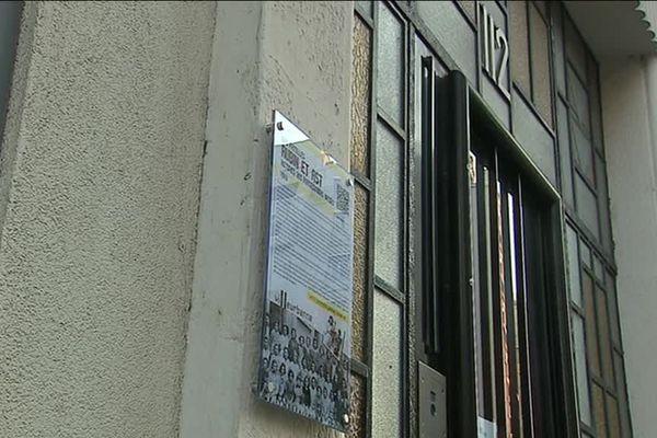 Au 112 de la rue Anatole France, à Villeurbanne, une plaque a été dévoilée en mémoire des familles Ast et Rubin, déportée en 1943.