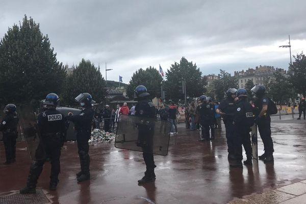 Lyon : troubles et incidents en marge d'une manifestation d'anti-vaccins, la police réplique par des tirs de lacrymogène. Vers 18h, le calme semblait de retour dans le secteur de la place Bellecour, selon notre équipe sur place 14/7/2021