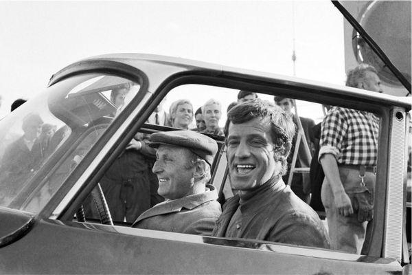 """Belmondo sur le tournage du film """"Le Cerveau"""" en 1968 sur le port du Havre."""