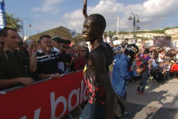 Le Kenyan Mbishei Titus vient de remporter le 36ème Marseille-Cassis.