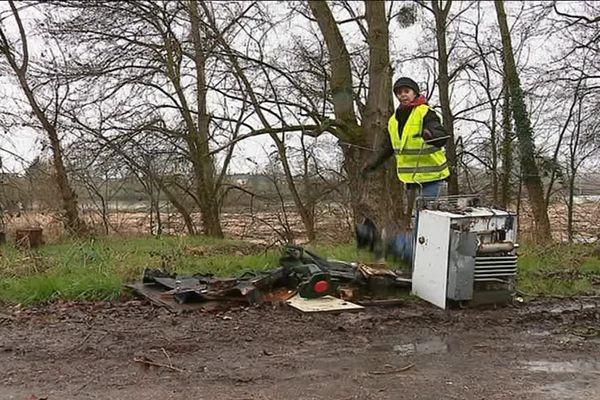 Une bénévole en plein nettoyage, à Nevers, ce samedi 3 mars