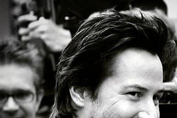 L'acteur Keanu Reeves présente Side by Side, documentaire qu'il a produit et dans lequel il interviewe des figures majeures du cinéma, réalisateurs comme Cameron, Scorcese, Soderbergh, sur le passagede l'argentique au numérique.