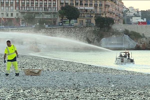 Chaque matin, le ballet des nettoyeurs sur les plages de Nice.