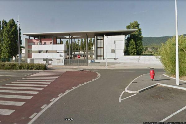 Quelques plaques de tôles se sont envolées à 14h37 du toit du Collège du Beausset dans le Var.