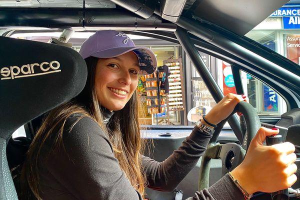 Carla Gaffayoli, au volant de sa Peugeot 208.