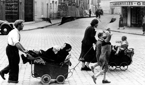 Juin 1940, une famille quitte Paris avec des moyens de fortune