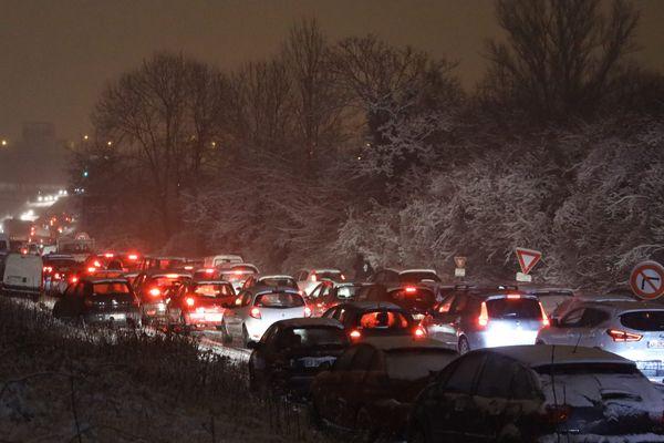 Des centaines d'automobilistes sont bloqués sur la nationale 118 à hauteur de Vélizy-Villacoublay.