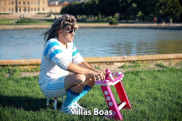 A l'aide de son petit piano rose, Chris Presque Waddle chante la bienvenue à l'entraîneur Villas-Boas