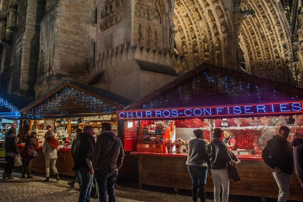 Les cabanes du marché de Noël au pied de la cathédrale de Reims. Reims, décembre 2017.