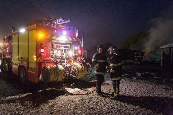 En explosant, certaines bouteilles de gaz ont été projetées à 50 mètres. L'incendie n'a toutefois pas fait de blessé. (Photo d'illustration)