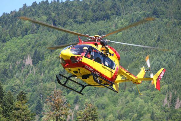 L'hélicoptère de la Sécurité civile a été utilisé, ici photographié en entraînement à Kruth (Haut-Rhin) en 2017.