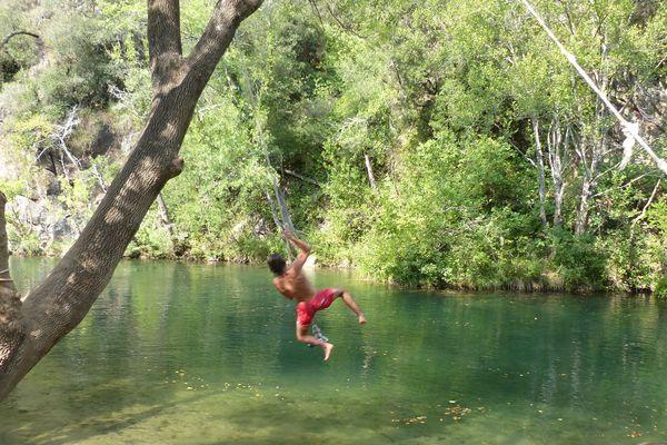 Se balancer à l'eau avec des cordes, c'est possible dans le Var.