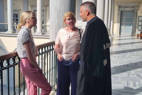Justine et sa mère avec maître Rosato, l'avocat de la jeune Anglaise.