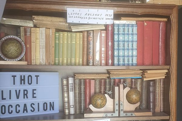 Photo d'une partie des livres d'Aurélien Degroote.