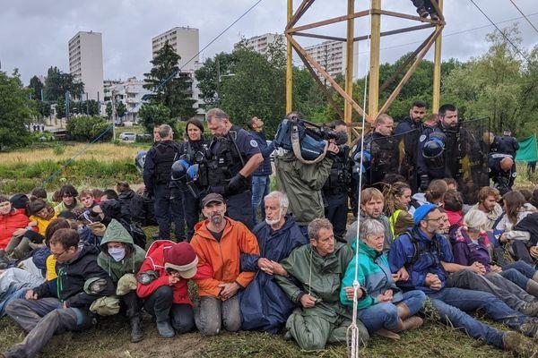 Mercredi 17 juin. Les militants décident de s'asseoir, pour rendre l'évacuation plus compliquée pour la police.
