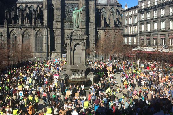 Marche pour le Climat. A Clermont-Ferrand, 2 000 personnes selon les organisateurs défilent, samedi 16 mars, dans les rues de la ville.