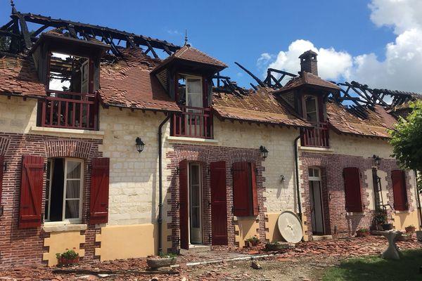 La toiture a été détruite dans l'incendie. Les dégâts sont considérables.