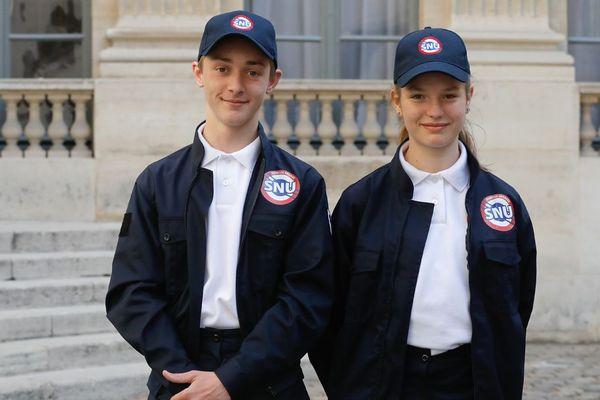 Deux volontaires du SNU photographiés avec leur uniforme en avril 2019