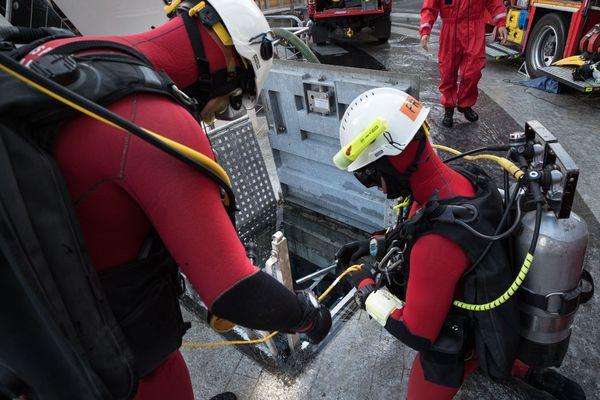 Une équipe spécialisée de plongeurs des Pompiers de Paris est intervenue au Parc des Expositions porte de Versailles.