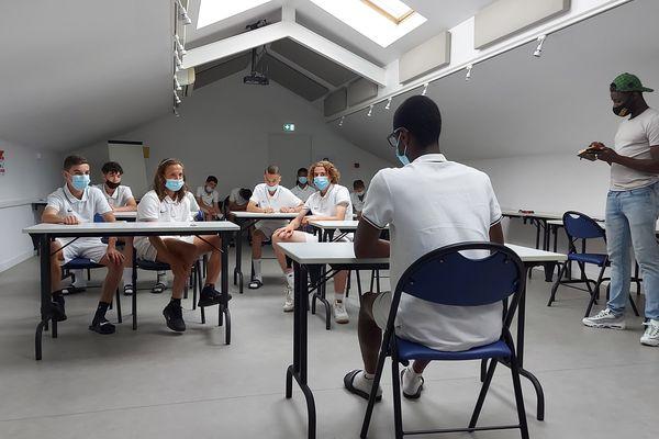 La pièce créée par les jeunes footballeurs reflète leur quotidien. Ils interprètent ici un cours d'histoire.