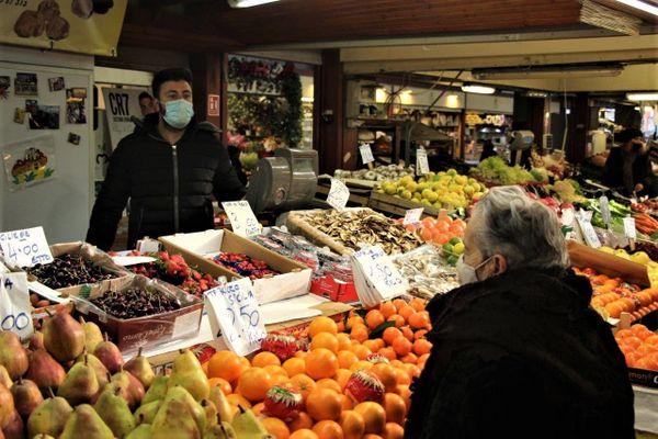 Le marché couvert de Vintimille en partie vide. Du jamais vu à cette période de l'année.