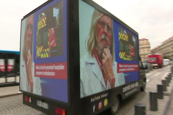 Coronavirus : un camion hommage à Didier Raoult et à l'ensemble du personnel soignant circule à Marseille