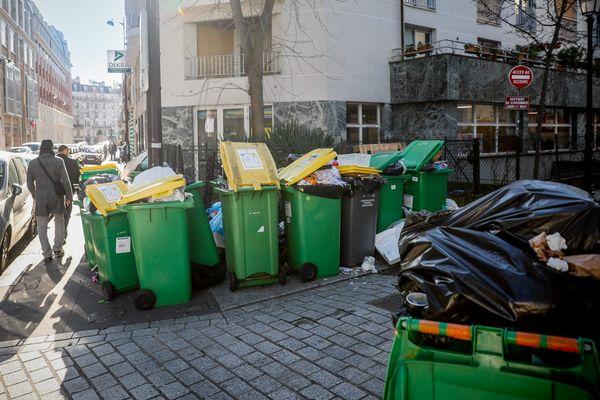Des poubelles ne sont pas collectées dans certains arrondissements parisiens après un mouvement de grève dans les incinérateurs.