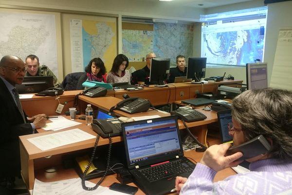 En prévision du passage de la tempête Leiv, le préfet de la Charente, Pierre N'Gahane (à gauche de l'image) a activé le centre opérationnel départemental de la Charente à 5h cette nuit.