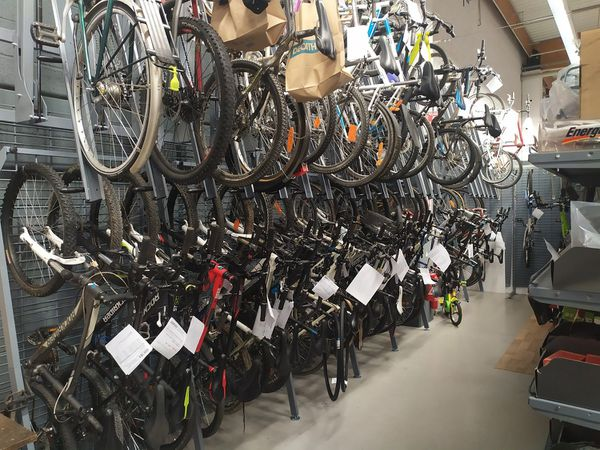 Une centaine de vélos sont stockés dans les réserves du magasin avant de passer entre les mains d'un technicien.