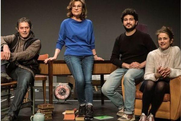 Claudia Stavisky entourée par les comédiens qui jouent Skylight : Marie Vialle, Sacha Ribeiro et Patrick Catalifo