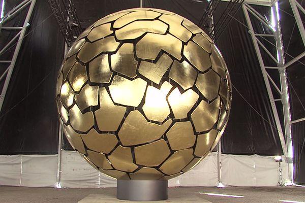 Le « Sonnenkugel » (« sphère solaire »), une oeuvre de l'artiste allemand Jürgen.