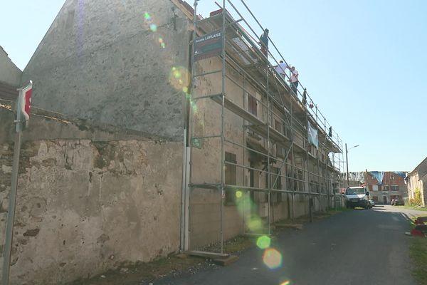 À La Chapelle-sur-Chézy dans l'Aisne, 120 des 125 maisons touchées par les intempéries des 19 et 20 juin n'ont toujours pas de toit.