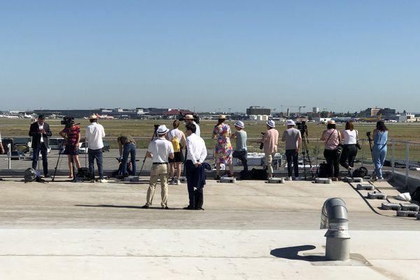 Des journalistes sur le toit du CE d'Airbus près de Toulouse avant la manifestation des salariés contre le plan de restructuration